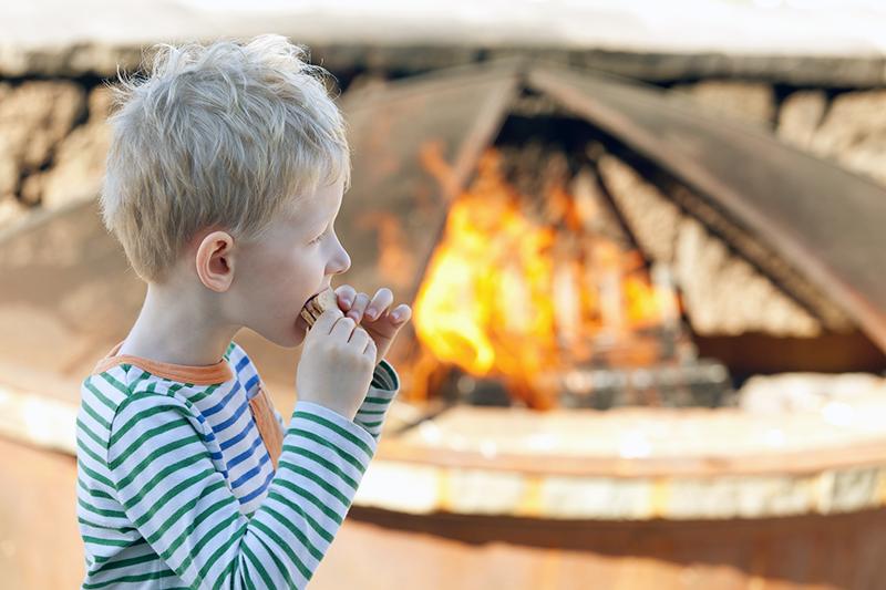 Barn och eld - Foto: Crestock.com